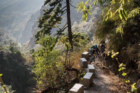Mountain bike tour Nepal - steep sides