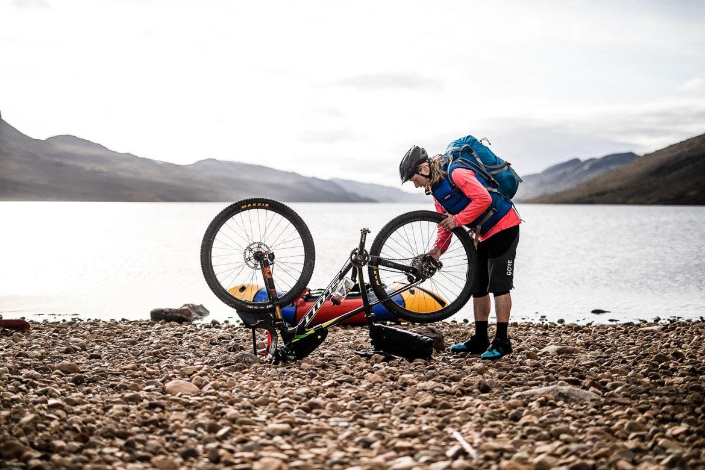 Dismantling bikes for bikerafting across the loch