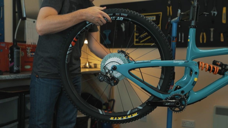 Ultimate Yeti SB5.5 mountain bike - installing the wheels