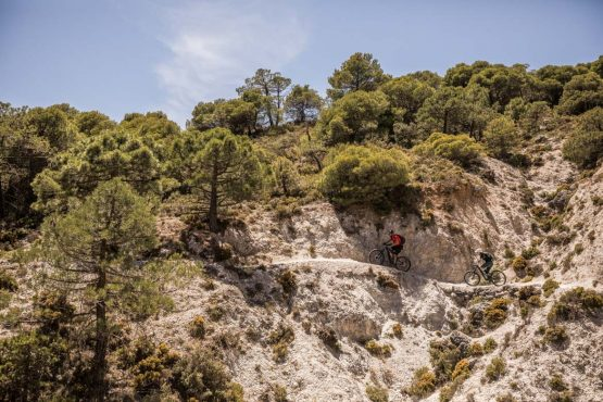 Edgy traverse on the E-MTB tour of Spain